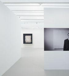 Per Piero Manzoni un'importante mostra monografica a New York che per la prima volta ricostruisce i suoi ambienti