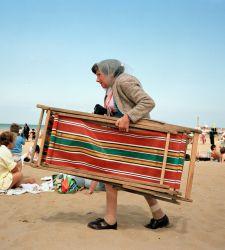 Le spiagge trash del fotografo britannico Martin Parr sono in mostra a Trieste