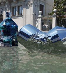 Venezia, due enormi bottiglie di plastica arrivano in Canal Grande. La provocazione ecologista di Xhixha e Braglia