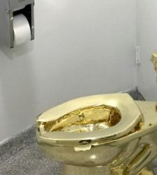 Rubato il wc d'oro di Maurizio Cattelan in Inghilterra