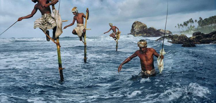 I pescatori di Weligama, Sri Lanka: tutta la storia dietro la famosa icona di Steve McCurry