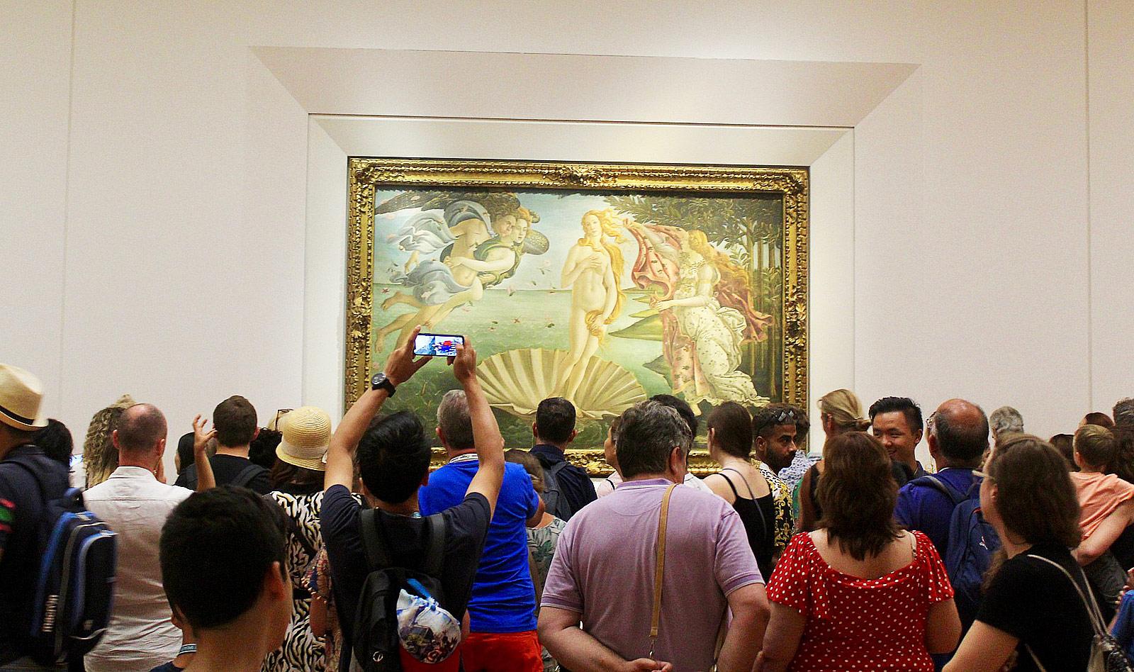 Uffizi, folla davanti alla Venere di Botticelli. Ph. Credit Mike Fitzpatrick