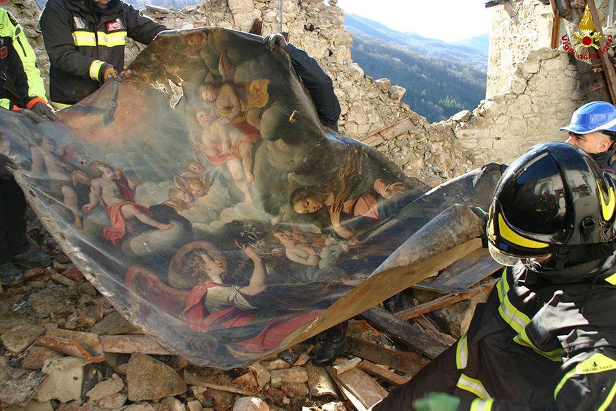 Salvataggio delle opere dalla parrocchiale dell'Annunziata di Arquata del Tronto (foto Corpo Nazionale dei Vigili del Fuoco)