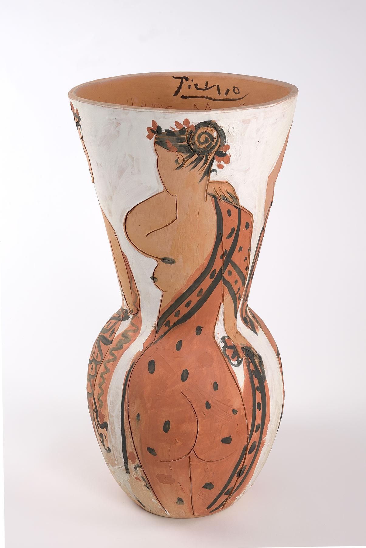 Pablo Picasso, Le quattro stagioni (maggio 1950, Vallauris; terracotta graffita e dipinta a ingobbi, 65 x 32 cm; Faenza, Museo Internazionale della Ceramica)