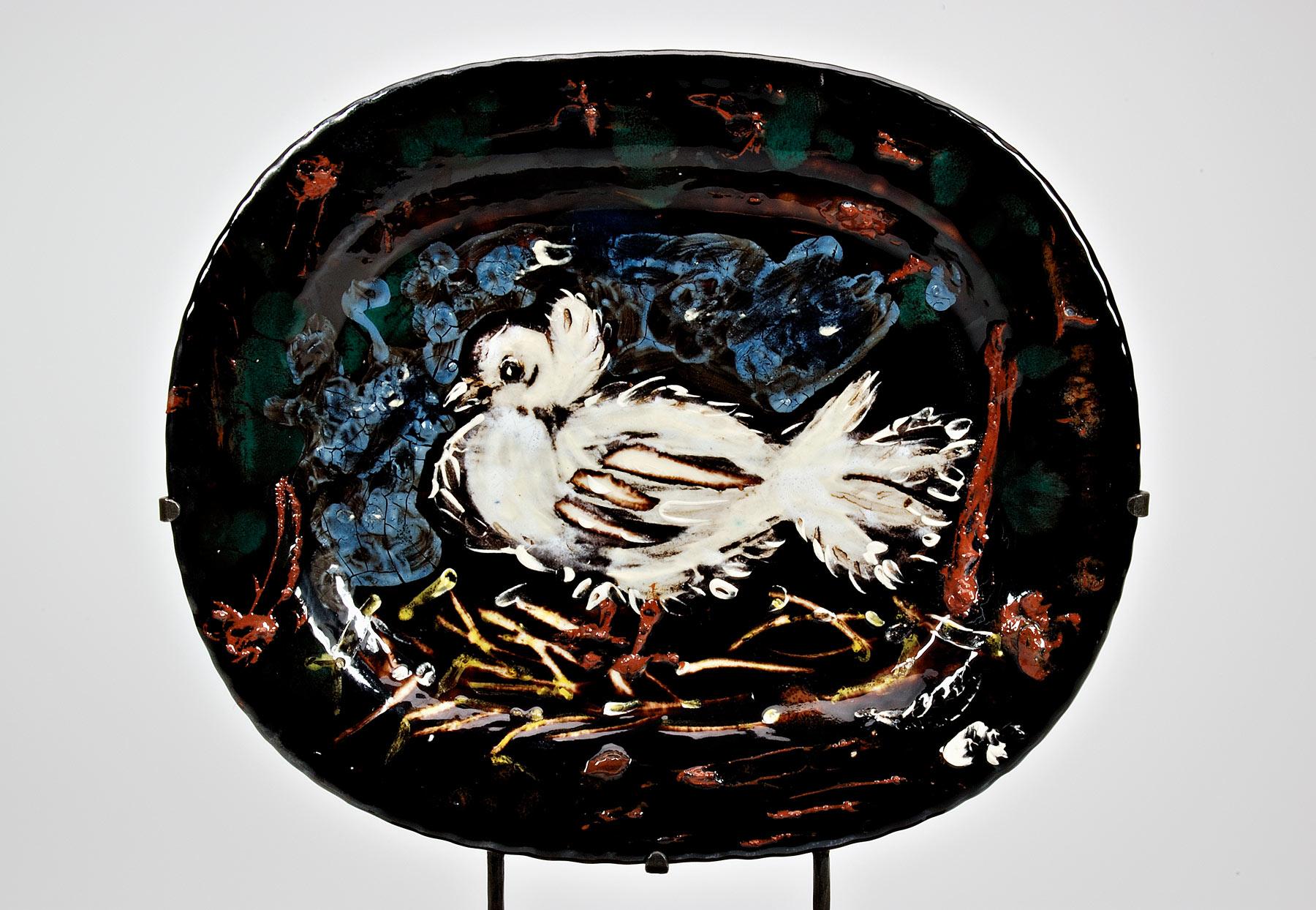 Pablo Picasso, Vassoio con colomba (ottobre 1949, Vallauris; terraglia dipinta e invetriata,32 x 38,5 cm; Faenza, Museo Internazionale della Ceramica)