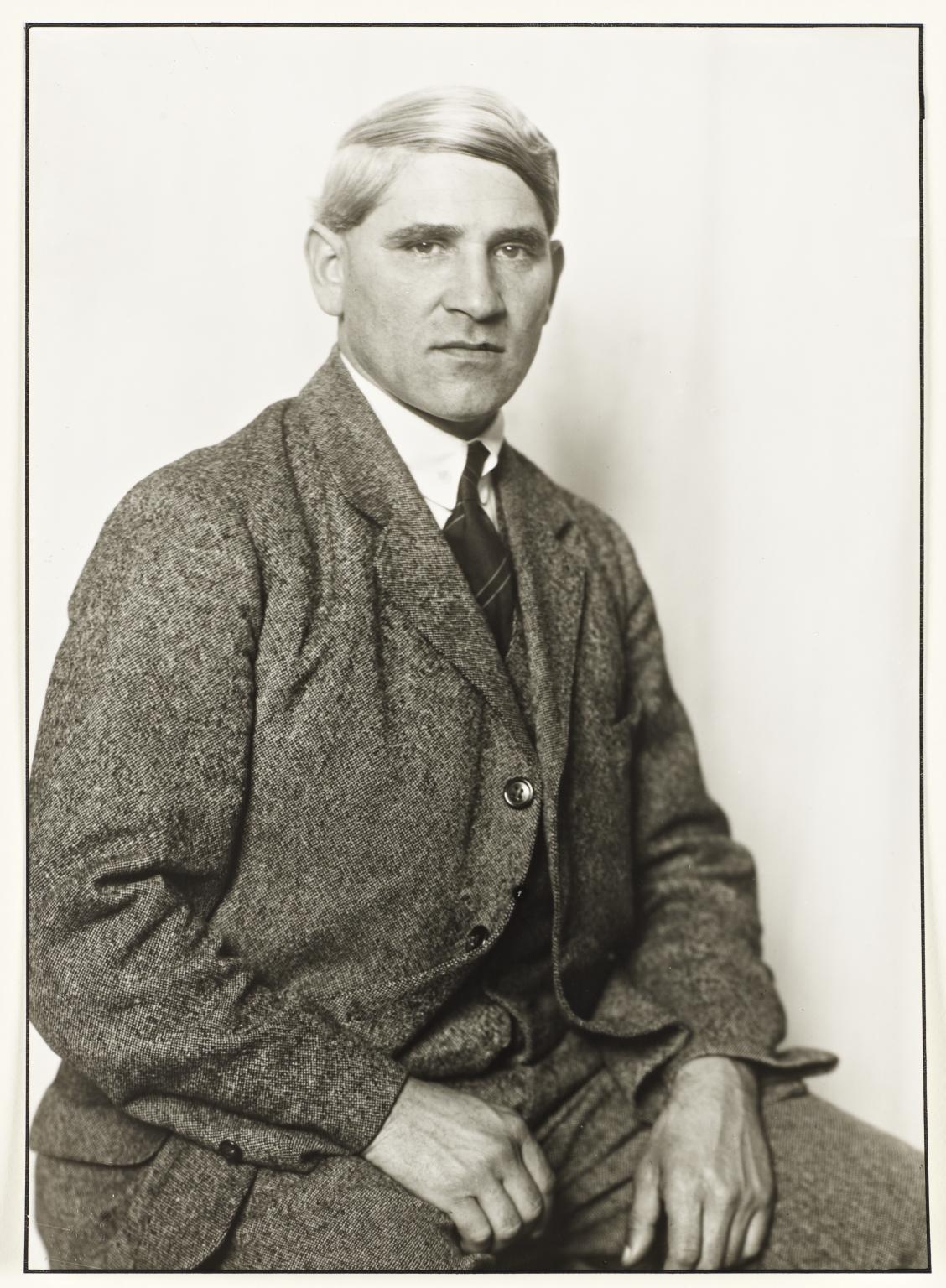 August Sander, Ritratto di Otto Freundlich (1925 circa; fotografia alla gelatina d'argento su carta, 26 x 18 cm; Londra, Tate Modern)