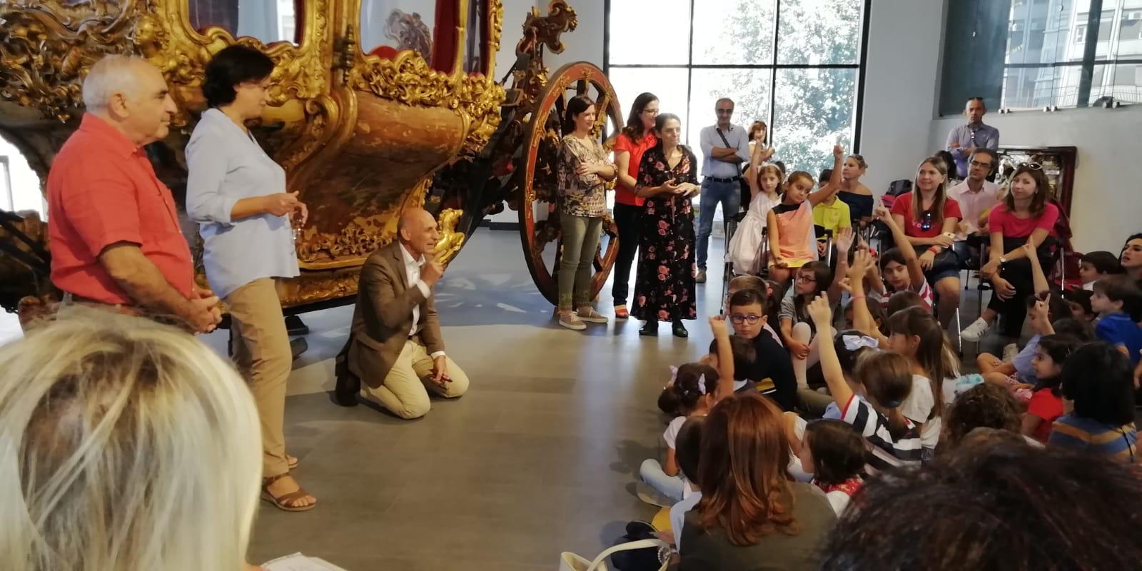 Micali (al centro inginocchiato) in un evento al MuMe dedicato ai bambini
