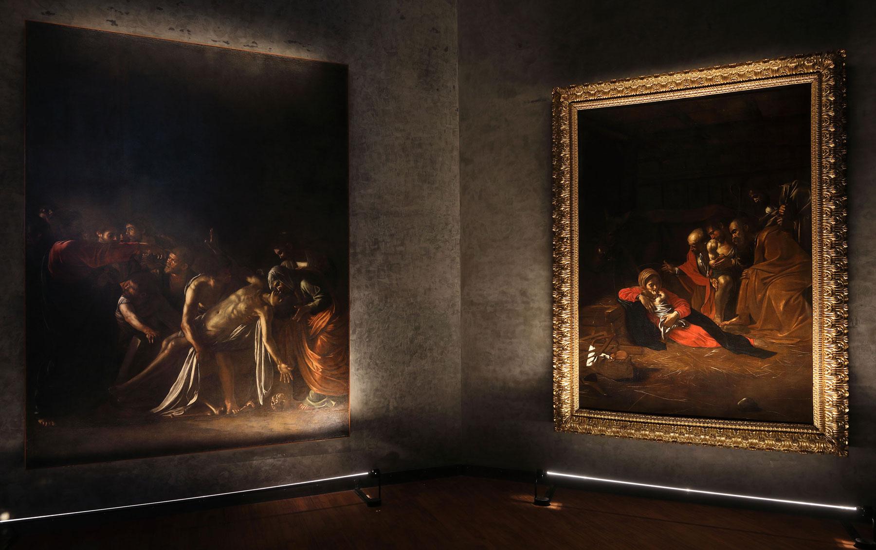 Sala Caravaggio, a sinistra la Resurrezione di Lazzaro, a destra l'Adorazione dei Pastori. Ph. Credit Foto Parrinello