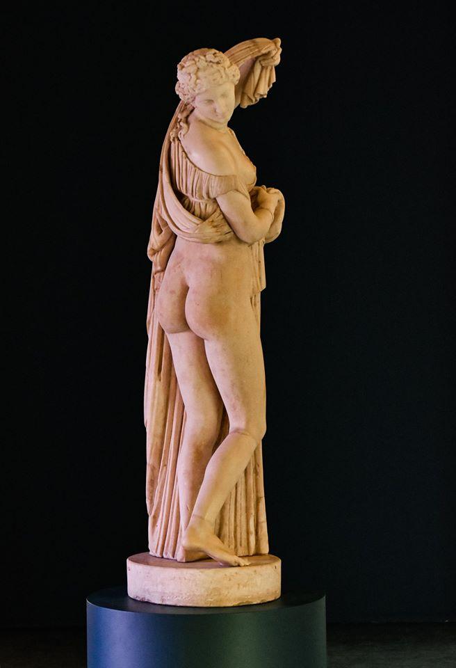 Arte romana, Venere callipigia (I secolo d.C., copia da originale greco del II sec. a.C.; marmo, altezza 165 cm; Napoli, Museo Archeologico Nazionale)
