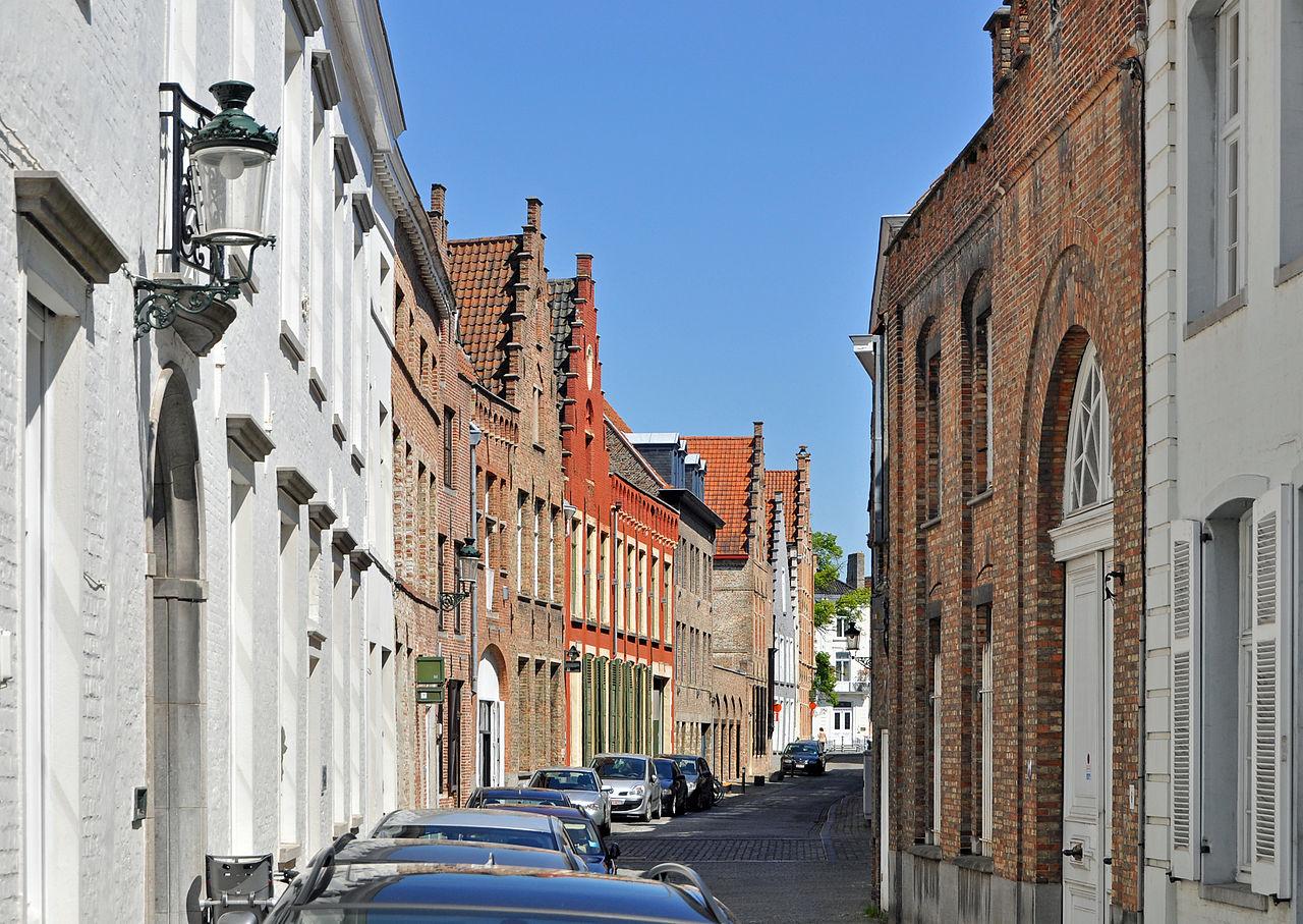 La Gouden Handstraat. Il numero 6 (il primo edificio a destra, a mattoni) è quella che un tempo fu la casa di van Eyck