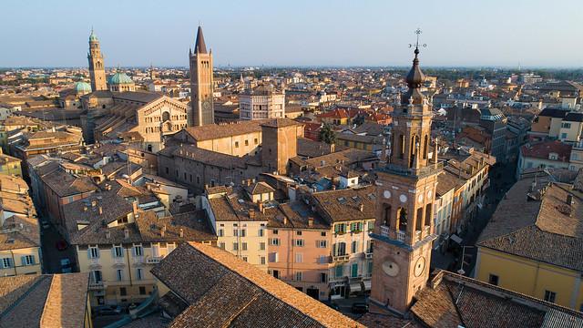 Parma con le torri di San Giovanni, del Duomo e della Steccata. Al centro il solenne Battistero antelamico