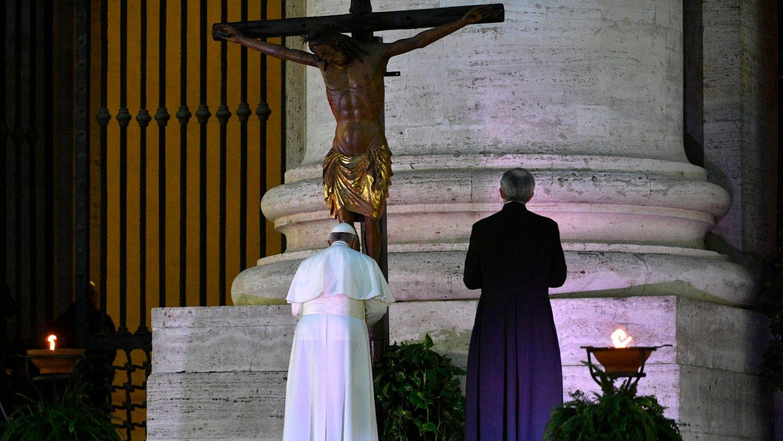 Papa Francesco davanti al crocifisso di San Marcello al Corso portato all'ingresso della basilica di San Pietro (2020)