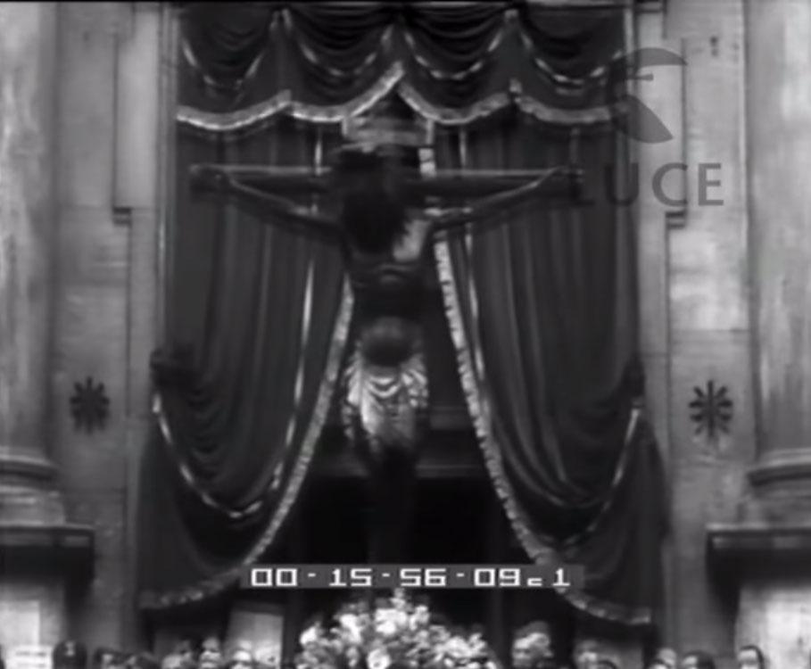 Il crocifisso davanti a San Marcello al Corso all'inizio della processione per il giubileo del 1934