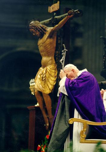 Papa Giovanni Paolo II con il crocifisso di San Marcello al Corso nella basilica di San Pietro durante il giubileo del 2000