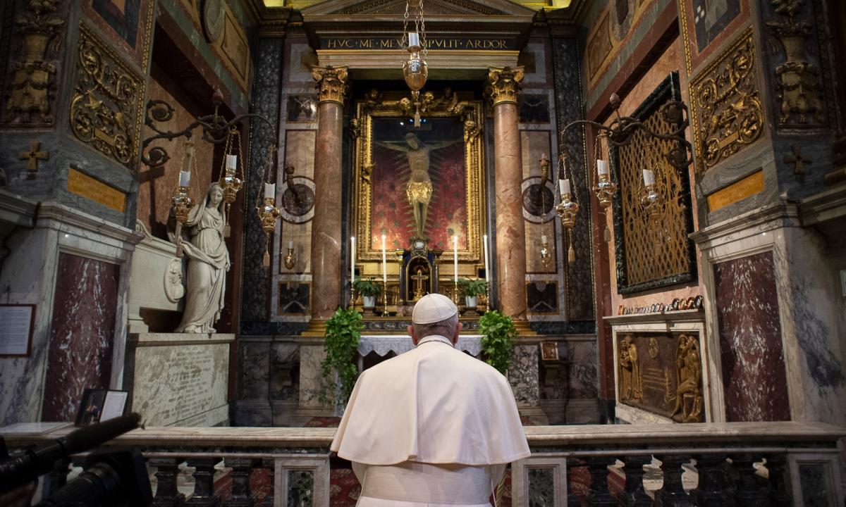 Papa Francesco prega davanti al crocifisso in San Marcello al Corso (2020)
