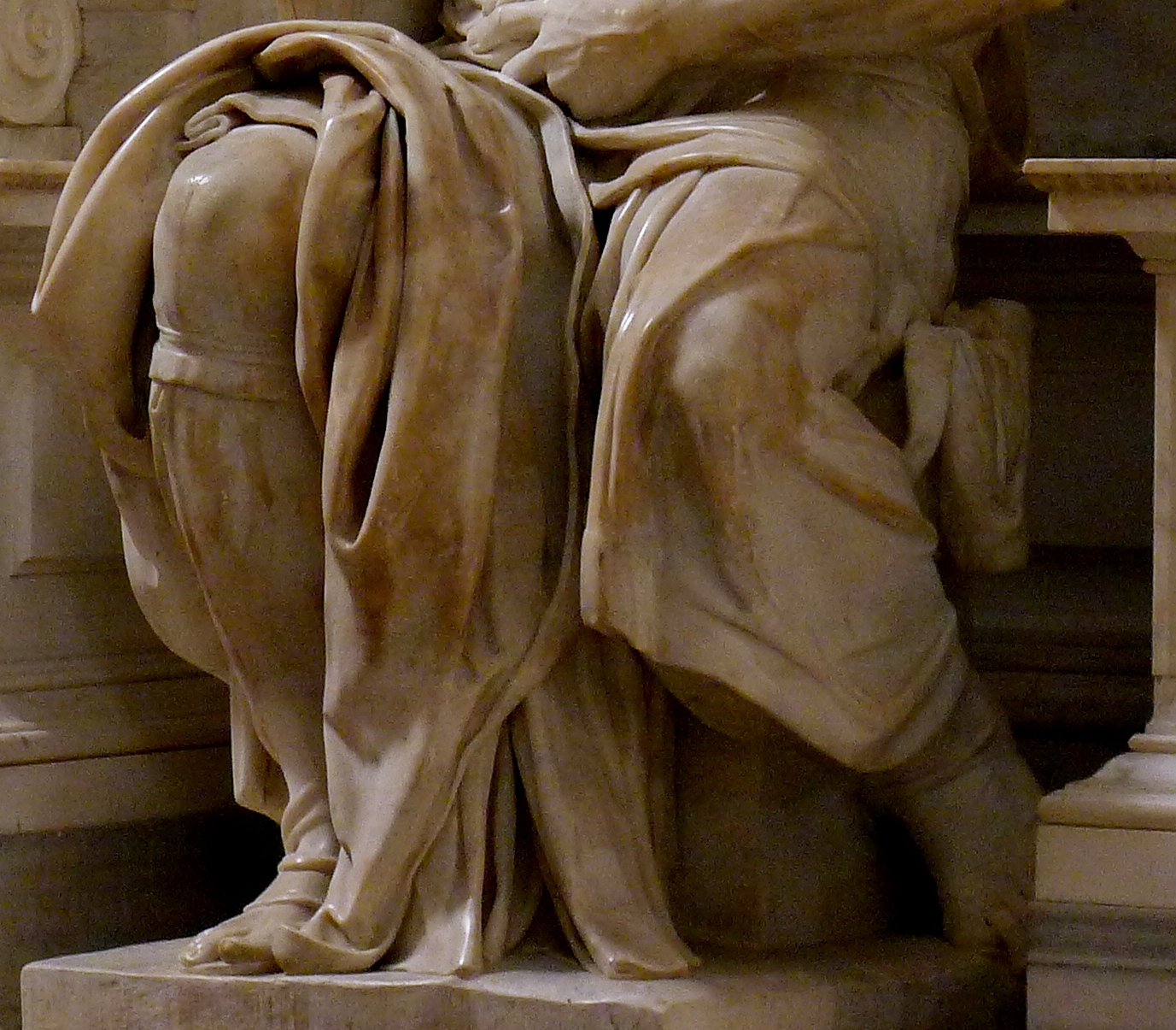 Michelangelo Buonarroti, Mosè, dettaglio delle gambe. Ph. Credit Jörg Bittner Unna