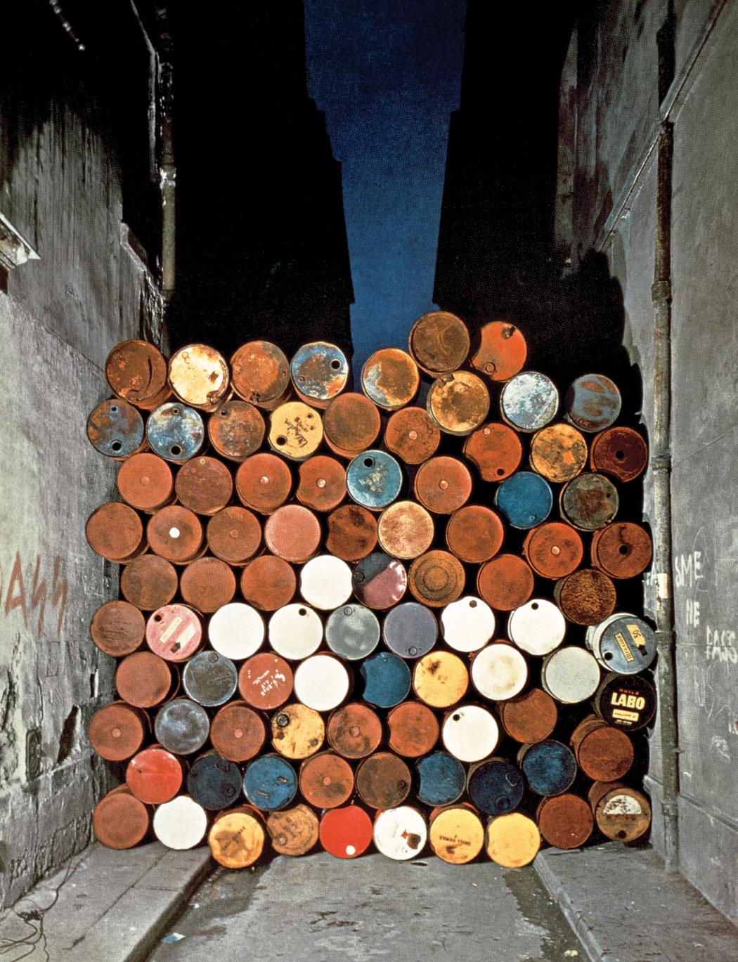 Muro di barili di petrolio (1962; barili di petrolio, 420 x 400 x 50 cm)