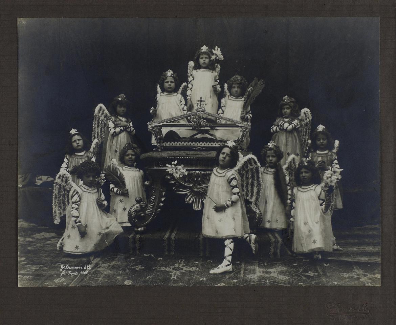 Giuseppe Brunner, Urna di Simonino da Trento e bambini vestiti da angioletti (1904; Trento, Archivio della Parrocchia dei Santi Pietro e Paolo)