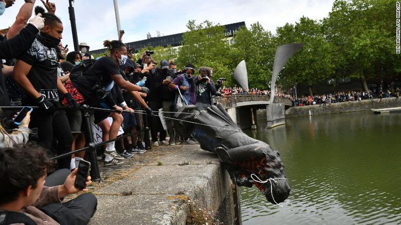 L'abbattimento del monumento a Edward Colston: il momento in cui la statua di bronzo viene gettata nelle acque del porto di Bristol