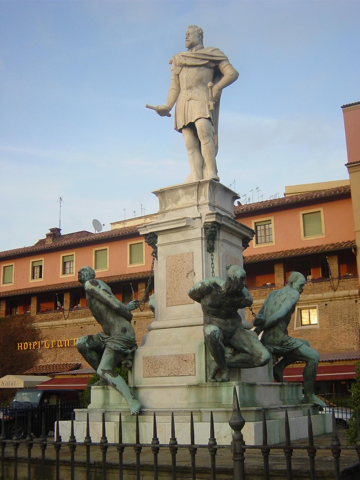 La statua di Ferdinando I di Giovanni Bandini e i Quattro Mori di Pietro Tacca a Livorno. Ph. Credit Giovanni Dell'Orto