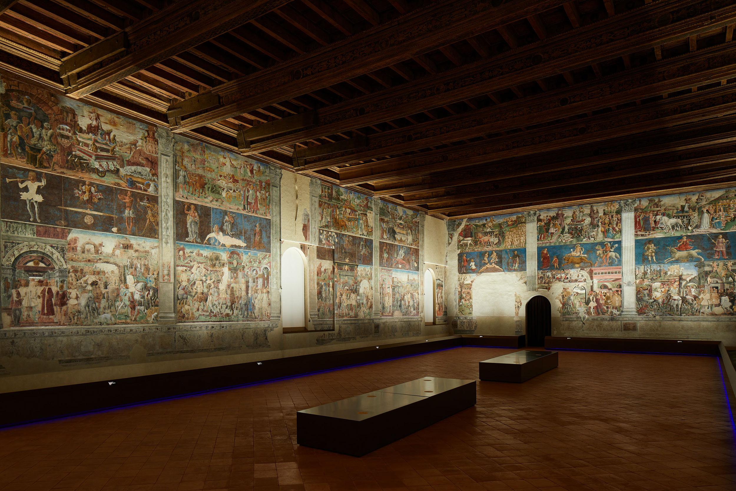 Palazzo Schifanoia, Salone dei Mesi: veduta delle pareti nord ed est, con la nuova illuminazione progettata dallo Studio Pasetti Lightining. Ph. Credit Henrik Blomqvist