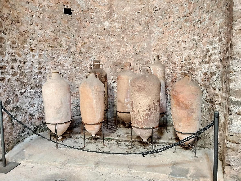 Anfore (V secolo) ritrovate nella copertura del tetto nell'intervento di restauro di fine Ottocento