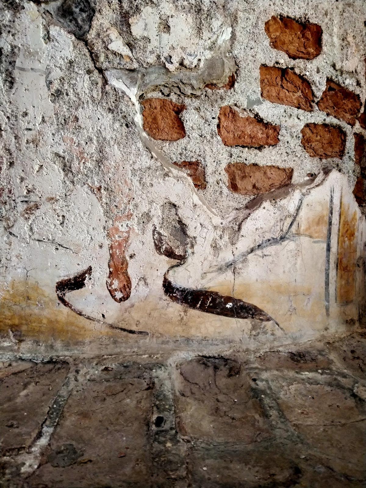 Lacerto di decorazione pittorica sul fonte battesimale medievale