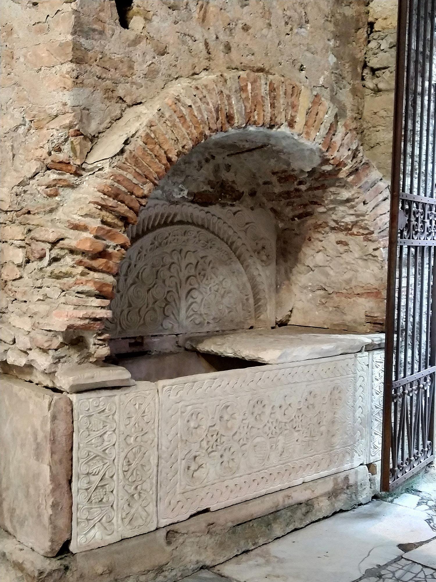 Una delle tombe ad arcosolio ai lati dell'attuale ingresso