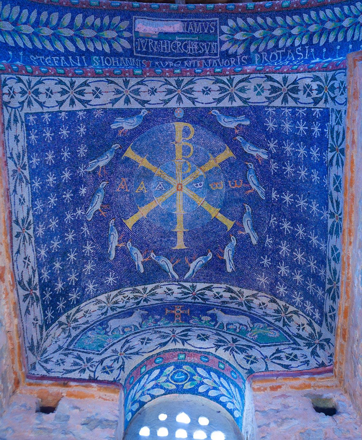 Il mosaico della volta nella nicchia opposta all'ingresso