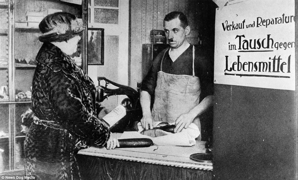 Il cartello di un calzolaio nella Germania del 1923 che chiede pagamenti con baratto: Acquisti e riparazioni in cambio di generi di prima necessità