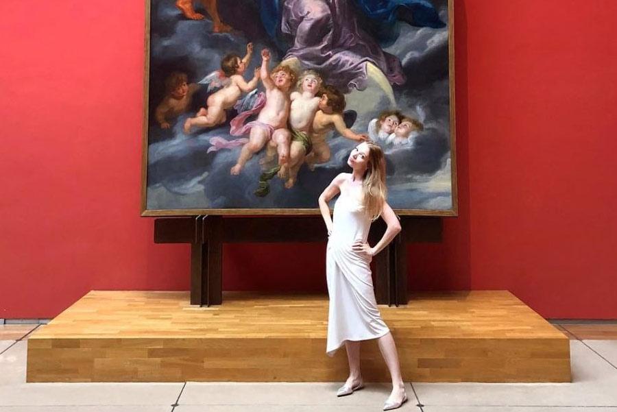 L'art influencer Elena Soboleva davanti all'Incoronazione della Vergine di Rubens ai Musées Royaux des Beaux-Arts di Bruxelles
