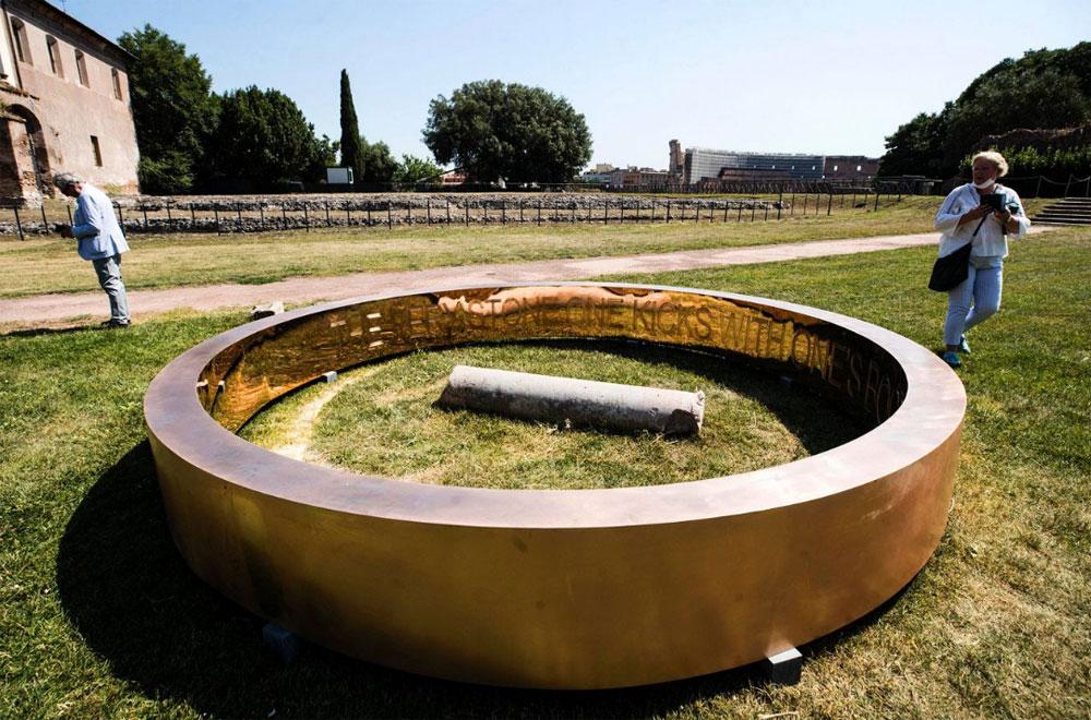 Nel Parco Archeologico del Colosseo un anello bronzeo di oltre quattro metri di diametro. È l'opera site-specific di Francesco Arena
