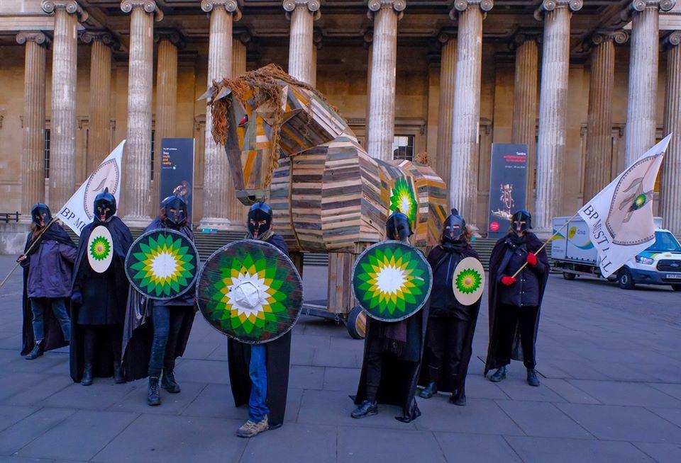 Ambientalisti si travestono da soldati achei e portano un cavallo di Troia al British Museum