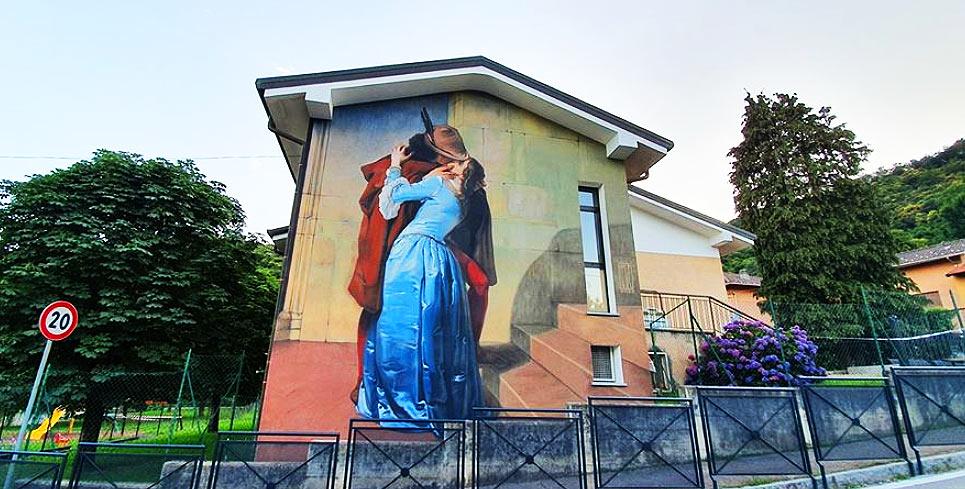 Il Bacio di Hayez diventa un'opera di street art: succede in Lombardia