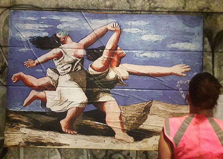 Street art, le bagnanti di Picasso mettono anche al mare la mascherina