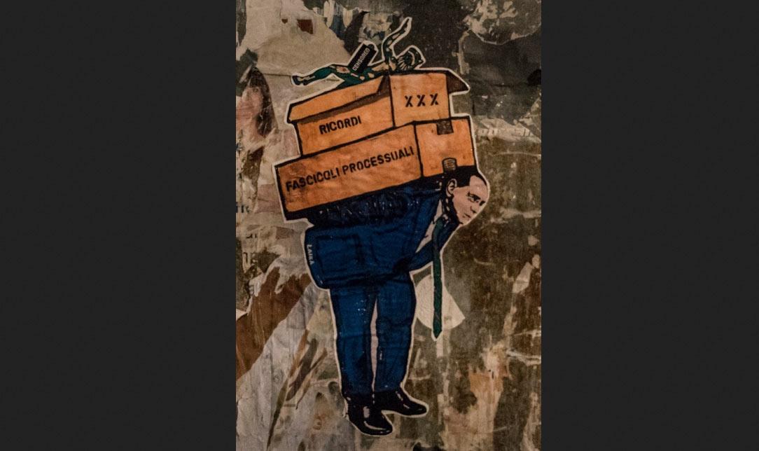 Berlusconi lascia Palazzo Grazioli e spunta un'opera di street art di Laika che lo ritrae mentre trasloca