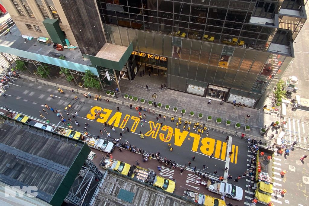 Enorme scritta Black Lives Matter dipinta davanti alla Trump Tower: un'idea del sindaco