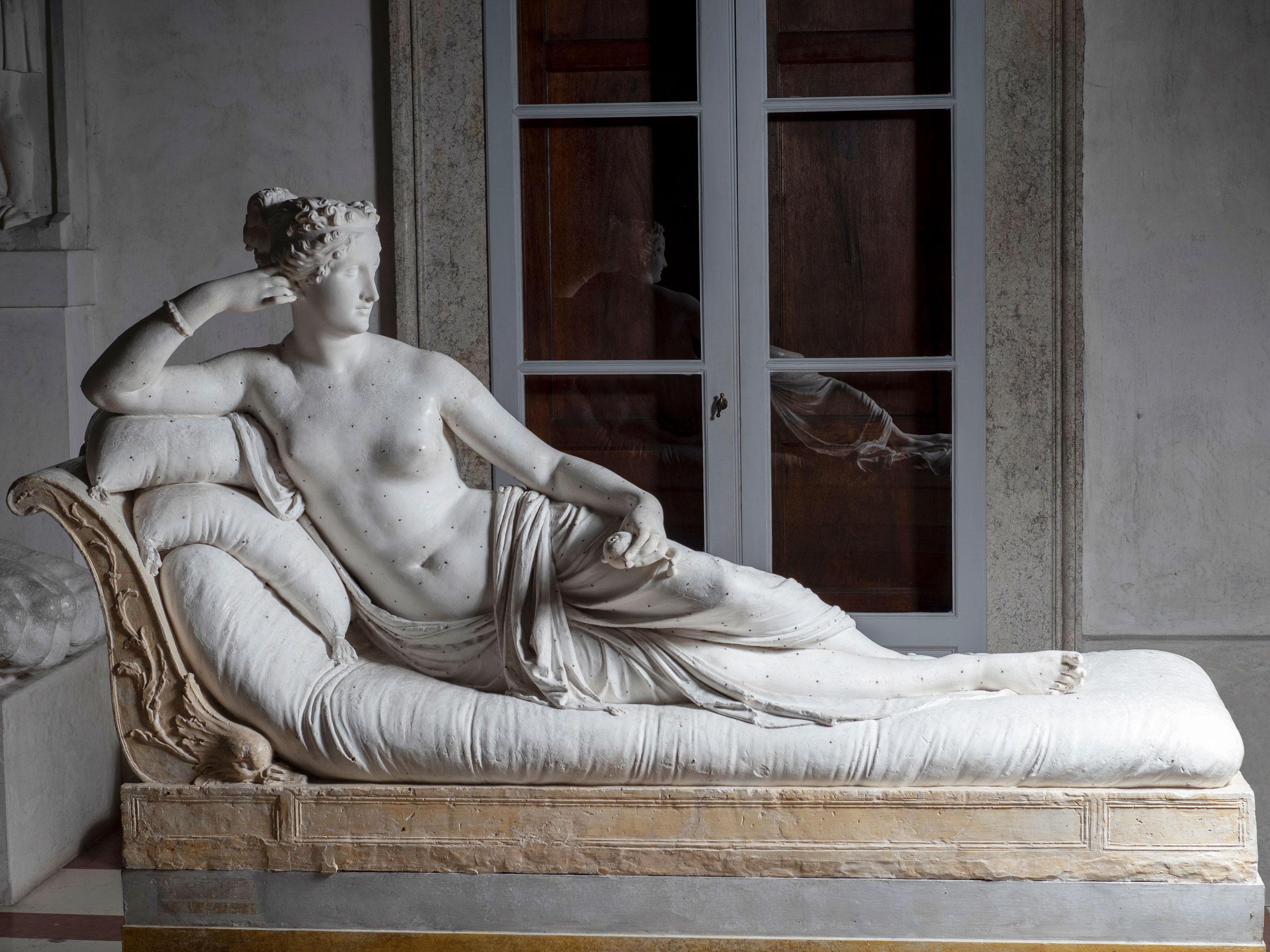 Possagno, turista straniero si siede sulla Paolina Borghese di Canova e la danneggia