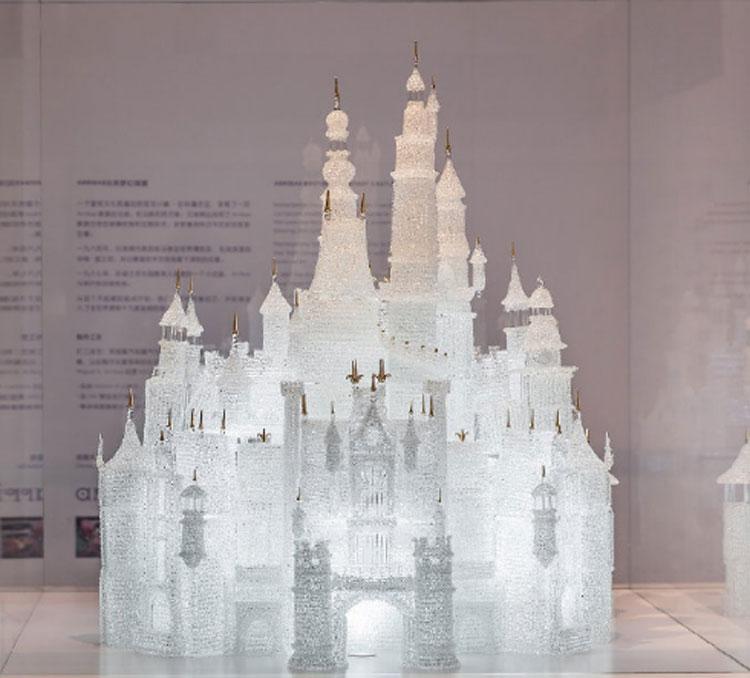 A Shanghai il più grande castello Disney in vetro soffiato. Dopo mesi esposto rotto al museo