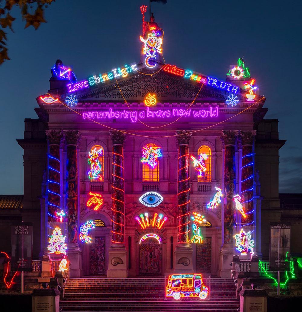 Neon e Bollywood style: la facciata della Tate Britain si trasforma per dare speranza