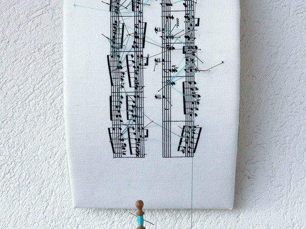 L'artista Donatella Lombardo riscrive le partiture delle compositrici donne dal XII al XX secolo in una mostra a Bologna