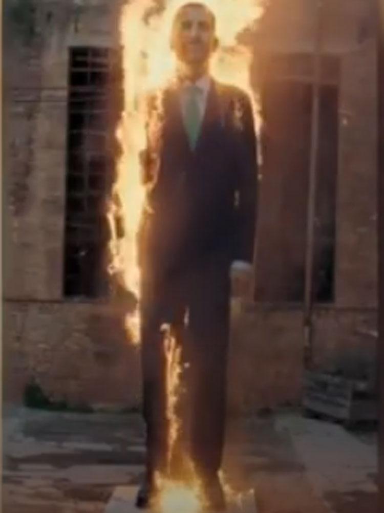 Brucia tra le fiamme re Felipe VI: è l'opera di Sierra e Merino