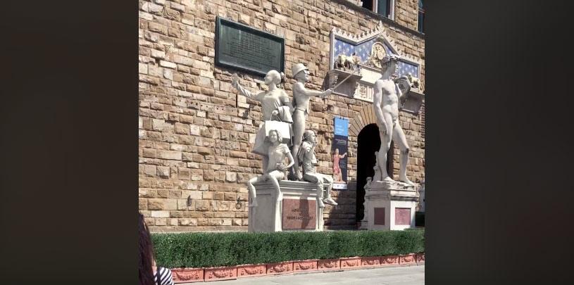 E adesso a Firenze c'è anche un monumento al turista in piazza della Signoria... !