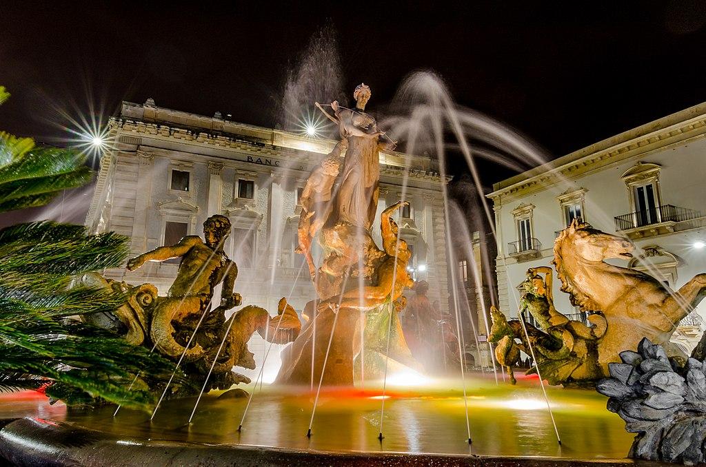 Siracusa, turisti sbronzi fanno il bagno nella fontana di Diana e la danneggiano