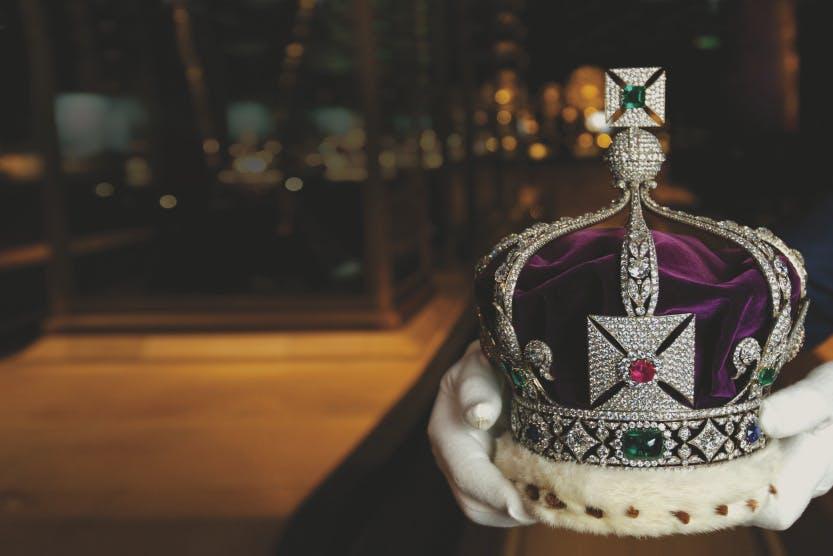 Mancano gli introiti dei palazzi storici, e la Regina Elisabetta è costretta a licenziare