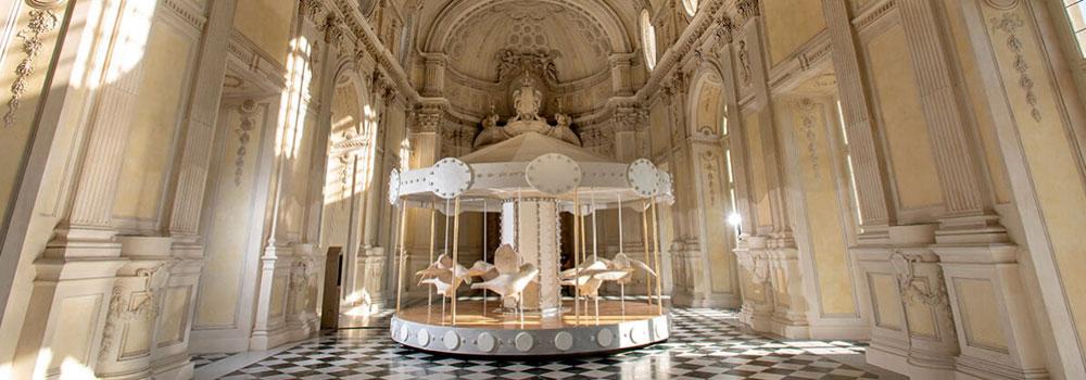 Una grande giostra nella Reggia di Venaria: è l'installazione di Valerio Berruti