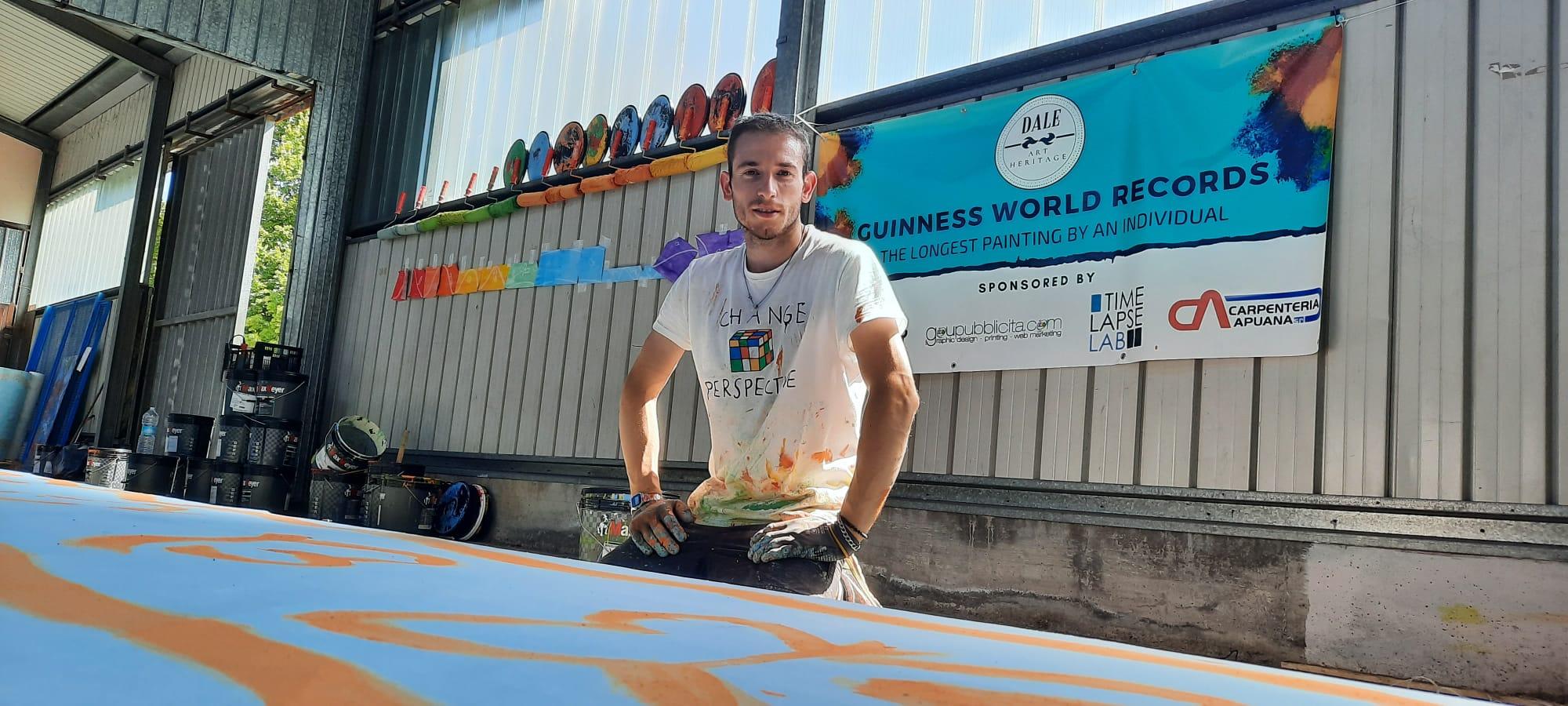 Un artista italiano sta dipingendo la tela più lunga di sempre per entrare nel Guinness