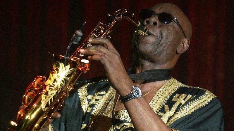 """Addio a Manu Dibango, scompare il leggendario """"Papy Groove"""" dell'afro-jazz"""
