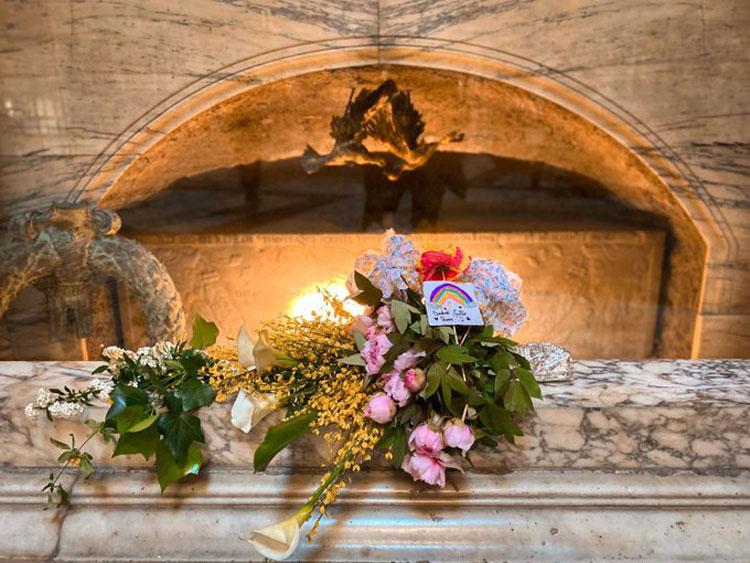Un mazzo di fiori di campo sulla tomba di Raffaello: così il MiBACT celebra i 500 anni della scomparsa