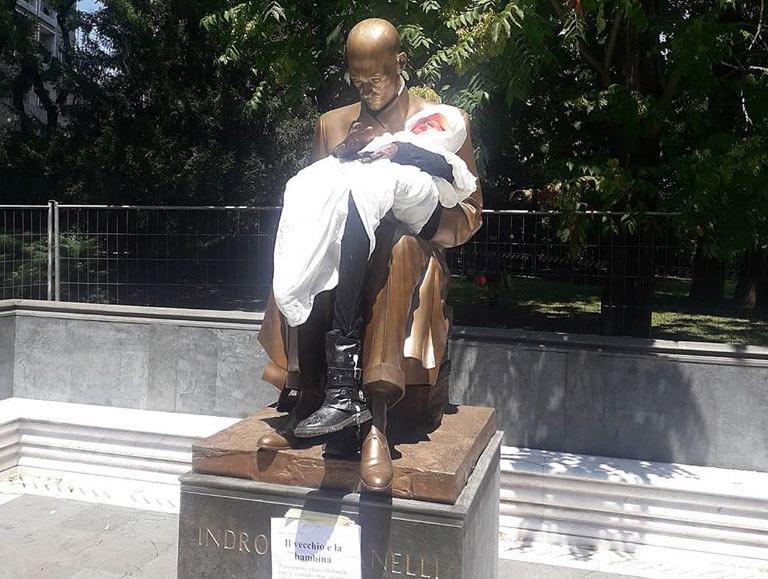 """Milano, la statua di Montanelli """"integrata"""" con il fantoccio di una bambina eritrea"""